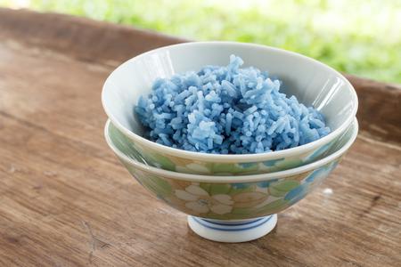 plato del buen comer: Arroz de color azul China Cup hecha de guisantes mariposa. Foto de archivo