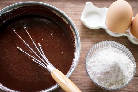 gemengde dooier eieren, meel en suiker te bereiden voor het bakken van cake of bakken