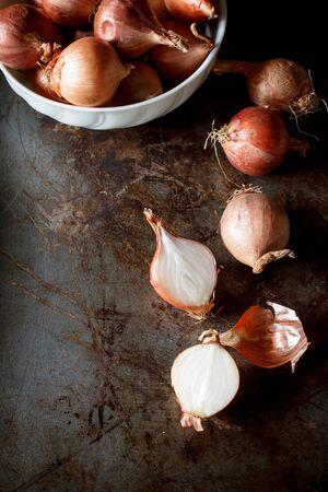 onion: imagen fija vida de chalota roja org�nica se puso vieja bandeja grunge imagen de fondo de tono oscuro. Foto de archivo