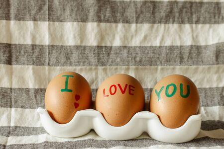 garabatos: TE AMO palabra sobre los huevos con cáscara Foto de archivo