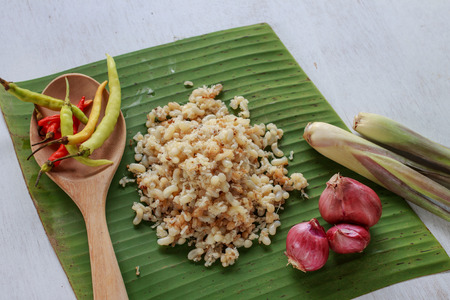 hormiga hoja: huevo hormiga subterr�nea poner en hoja de pl�tano con hierba ingrediente para cocinar los alimentos Esan, comida de Laos (comida local)