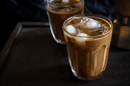 resfriado: Caf� helado fr�o puso en de madera viejo Foto de archivo