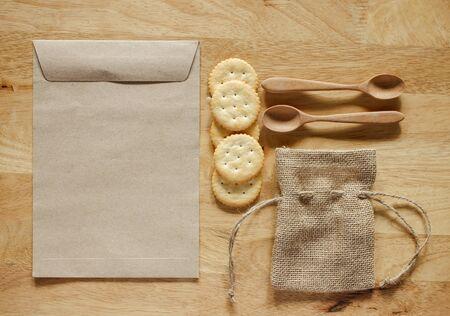 sacchetto di tela ruvida e sacchetto di carta con set cucchiaio di legno. Oggetto messo sul tavolo di legno superficie. Immagine effetto filtro retrò. tonalità marrone.