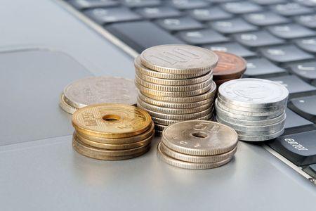 Columns of Japanese Yen on a laptop