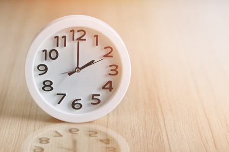 white circle clock at 2pm on wooden background vintage Stockfoto
