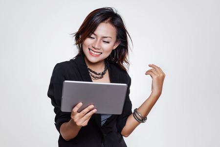 Asiatische berufstätige Frauen sind glücklich, Siegeszeichen.