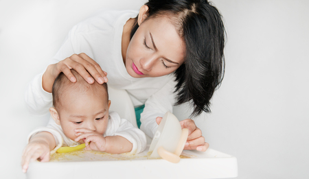 Pictures of an Asian boy who is practicing his own diet and having a mother take care.Focus on face Banque d'images