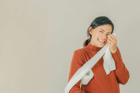 Asian women use tissue paper to wipe the eye area from crying.Focus on face