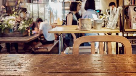 Focus sur la table de premier plan. Vivre dans un café Banque d'images - 43770197