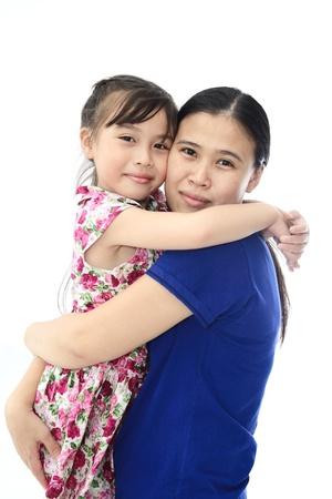 familia abrazo: Estrecha hasta de cari�osa madre hija y sobre fondo blanco aislado