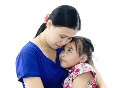 familia abrazo: Cerca De La Hija de madre cari�osa y sobre fondo blanco aisladas