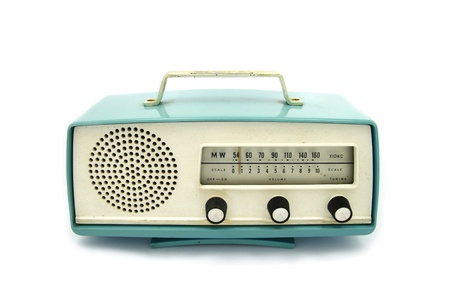 equipo de sonido: grungy radio retro sobre fondo blanco aislado