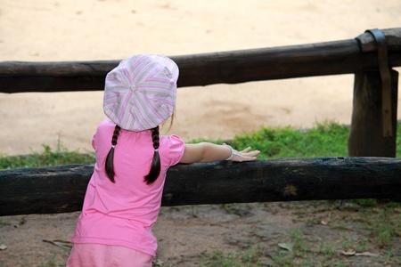 petite fille avec robe: Vue arrière petite fille asiatique avec une robe rose