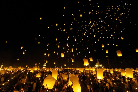 Floating lantern Festival in Chiangmai, Thailand Stock Photo - 11260133