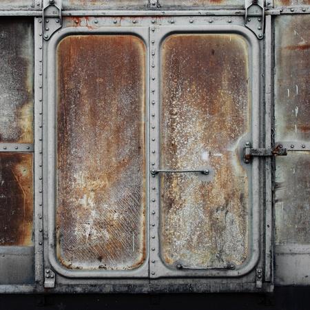 oxidado: Ferrocarril de época puerta del contenedor Foto de archivo