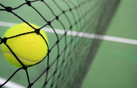 tennis: Balle de tennis dans le filet