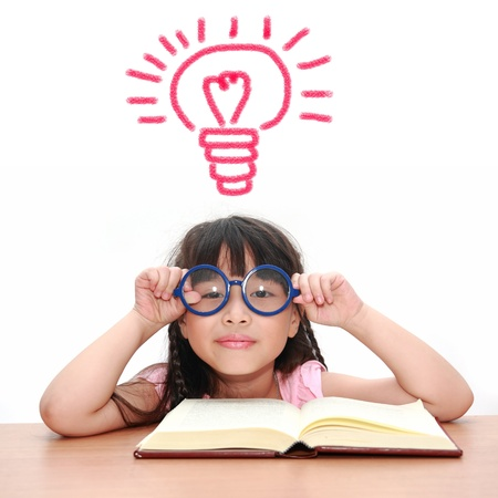 ni�os leyendo: Asia ni�a leyendo un libro aislado en un fondo blanco