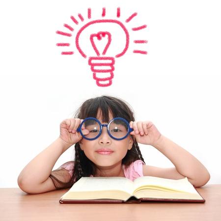 lezing: Aziatisch meisje het lezen van een boek geïsoleerd op een witte achtergrond Stockfoto