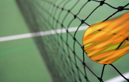 tennis stadium: Tenis quema de pelota en la red