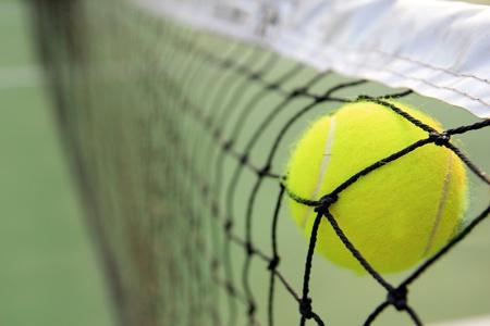 tenis: Una pelota de tenis en la red