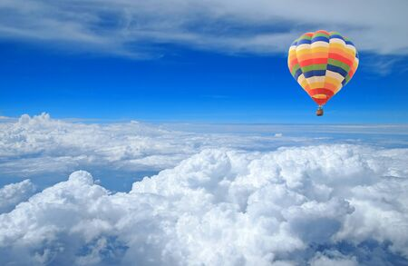 푸른 하늘에 다채로운 풍선