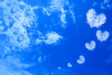corazones azules: Coraz�n de nubes en el cielo Foto de archivo