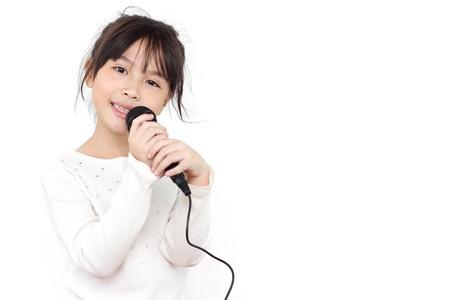 niño cantando: bonita niña con el micrófono en la mano