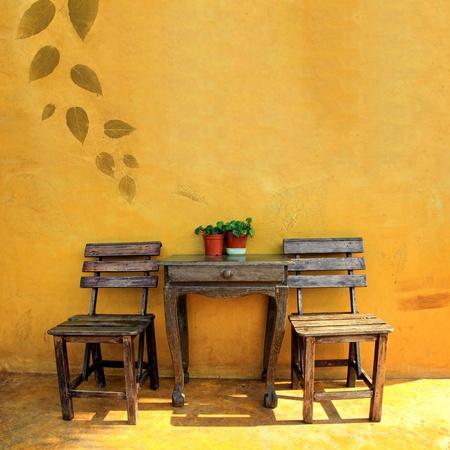silla de madera: vieja silla de madera de �poca y la mesa