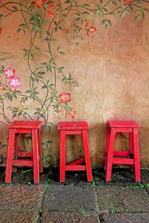 silla de madera: vieja silla de madera de �poca y la pared