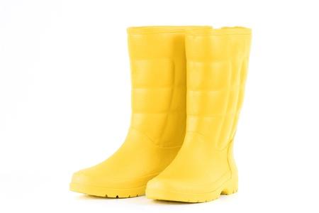 botas de lluvia: Un par de rainboots amarillas aisladas sobre un fondo blanco