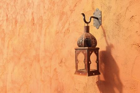 an oil lamp: Vieja lámpara en la pared Foto de archivo