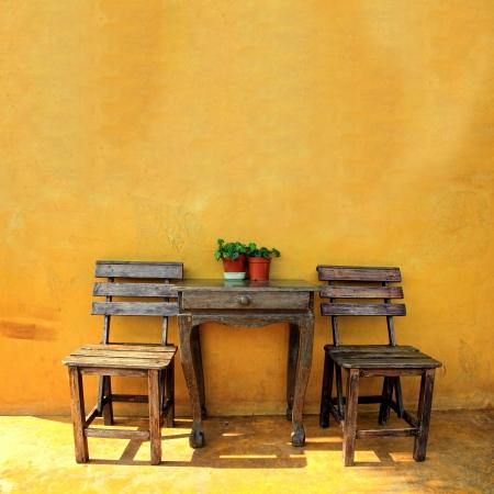silla de madera: vieja silla de madera de �poca y una mesa