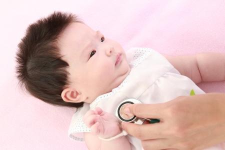ni�os enfermos: M�dico con el estetoscopio ex�menes beb� Foto de archivo