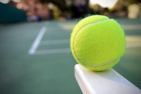 raqueta de tenis: Pelota de tenis en la pista de tenis Foto de archivo