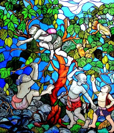 edificio cristal: Tradicional tailand�s estilo manchado vidrio ventana Editorial
