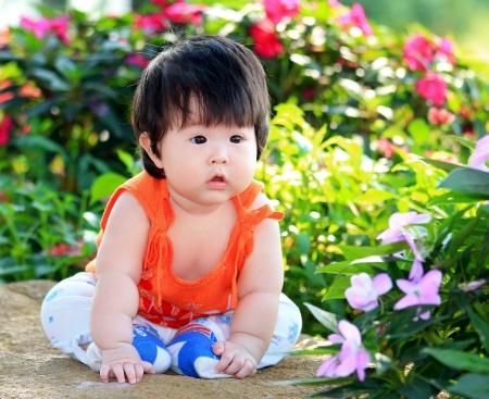 Aziatische klein kind in de tuin