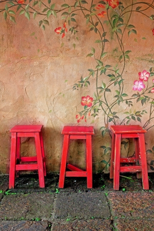oude vintage houten stoel en muur