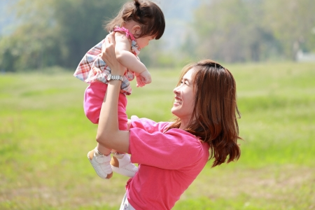 Moeder en dochter in het park