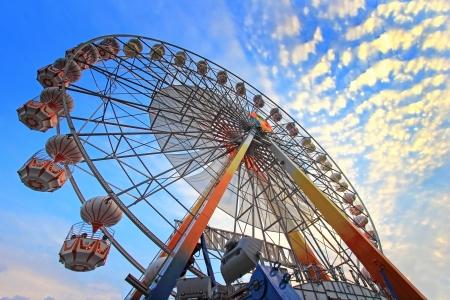 reuzenrad tegen een blauwe hemel