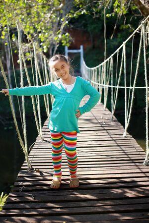 ponte giapponese: Felice ragazza asiatica