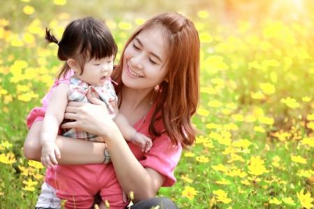 mamans: M?re et fille dans le parc