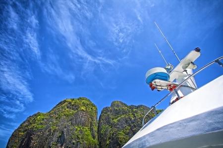 sonar: Navi antenna e sistema di navigazione in un cielo blu chiaro Archivio Fotografico