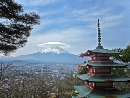 viewed from behind: Mt  Fuji viewed from behind Chureito Pagoda with cap cloud          Stock Photo