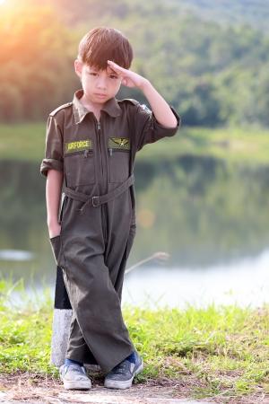 Jonge jongen soldaat in luchtmacht pak Stockfoto