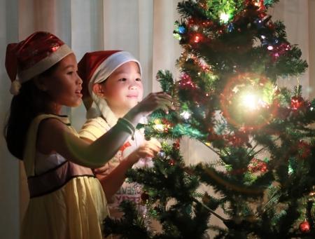 fiesta familiar: Retrato de ni�a feliz �rbol de la decoraci�n de Navidad