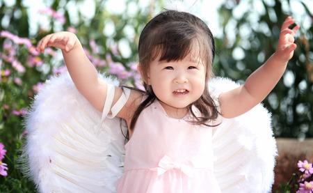angeles bebe: Peque�a hada en el jard�n de flores