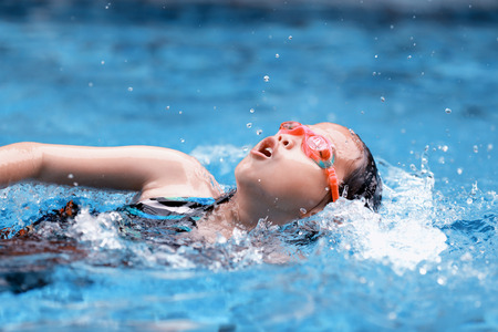 niños nadando: los niños en la piscina
