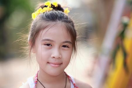 jolie petite fille: Portrait d'une petite fille en jour d'été Banque d'images