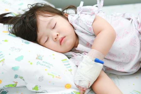 malade au lit: La petite fille malade sur le lit de malade