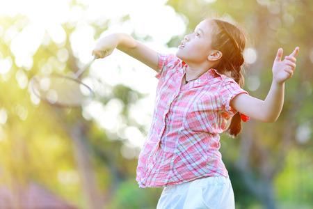 Cute little girl playing badminton Standard-Bild
